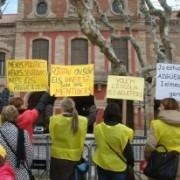 Les families dels Aigüerols reinvindicant l'escola davant del Parlament